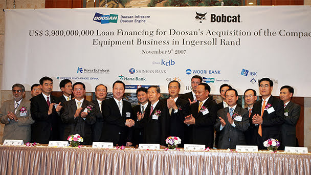 تصویری از عقد قرارداد میان شرکتهای دوسان و اینگرسول رند برای انتقال مالکیت باب کت